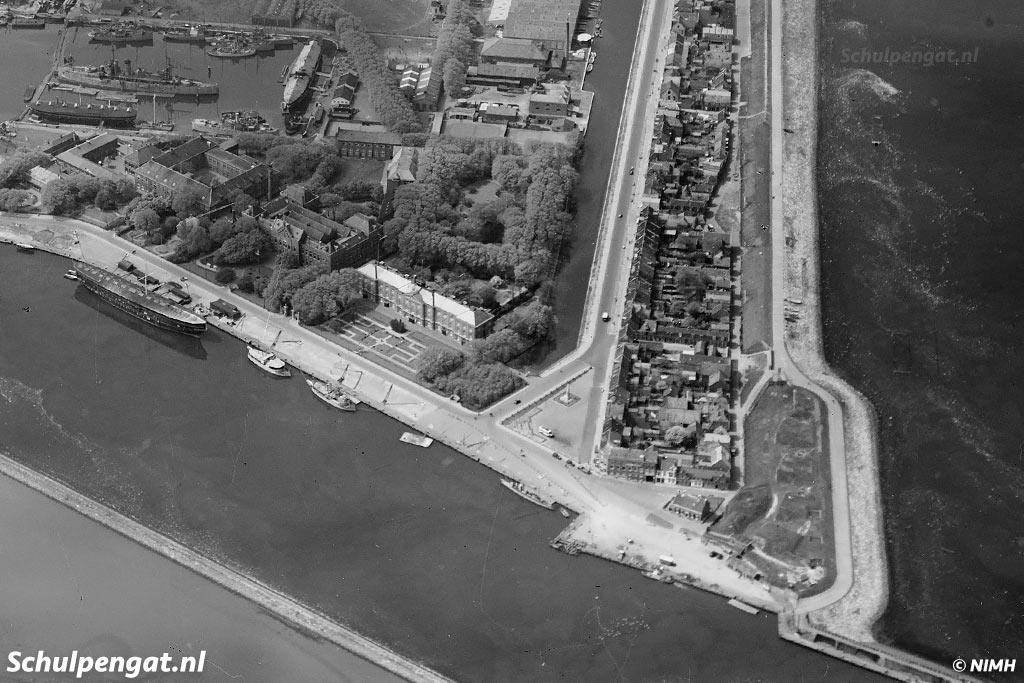 Het Havenplein in Den Helder onder andere het oorlogsmonument