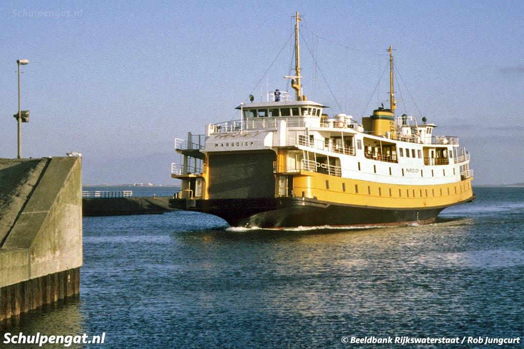 De Marsdiep nadert de Helderse fuik. De veerboot is hier te zien in de laatste kleurstelling met gele band en witte stuurhuiskappen