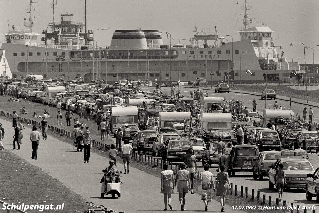 Zomerdrukte op het veerplein van Den Helder in 1982