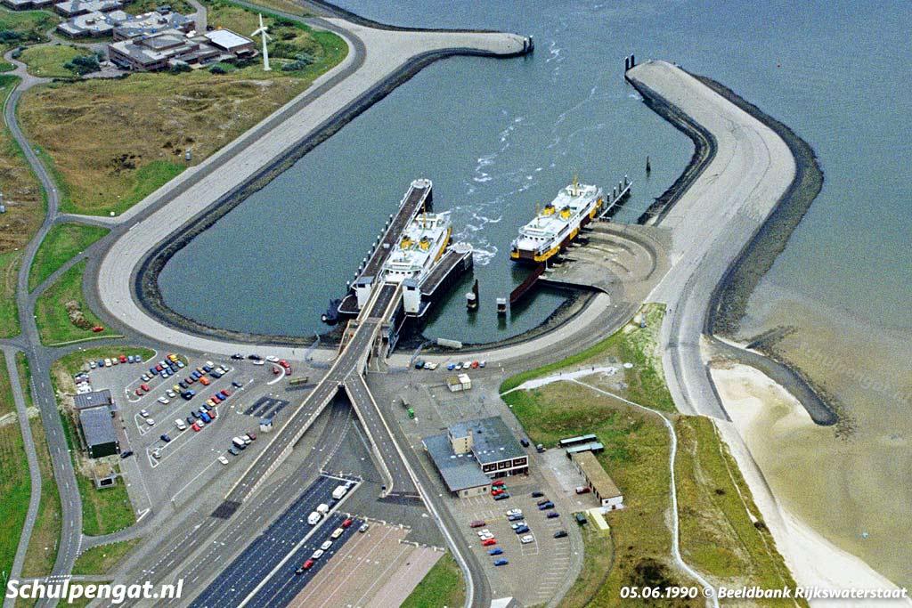Luchtfoto van veerhaven 't Horntje met de veerboten Marsdiep en Texelstroom