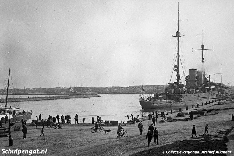 De Dageraad (1908) – Nieuwediep met Hr. Ms. Sumatra