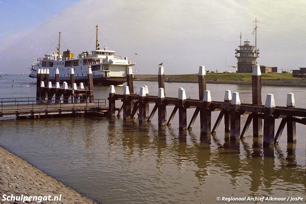 De veerboot Marsdiep met op de voorgrond de in 2016 aangevaren steiger van Den Helder