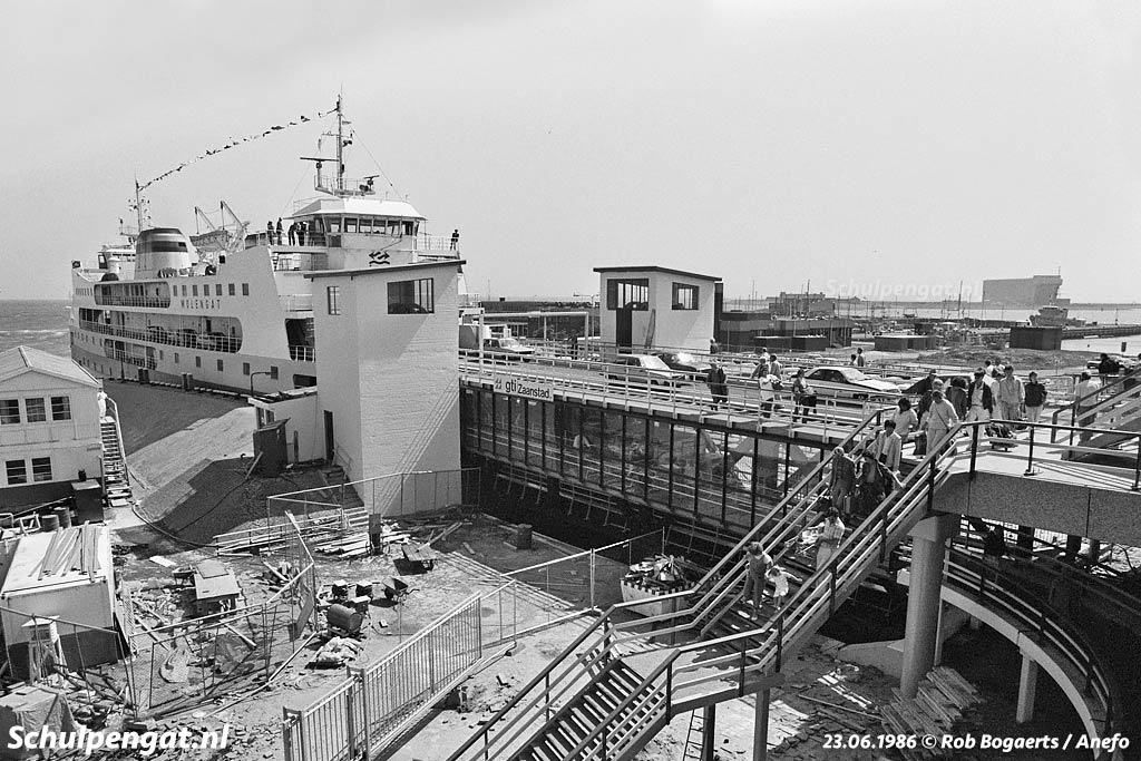 In 1986 is het feest als de Molengat eindelijk als dubbeldeksveerboot vaart