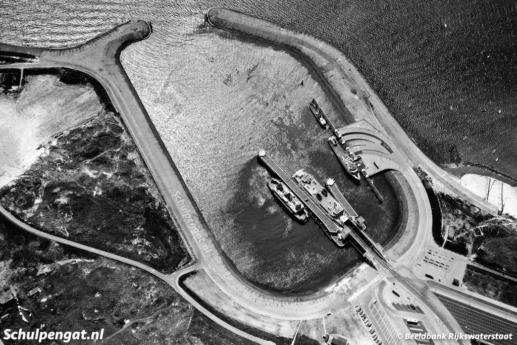 Een luchtfoto uit 1964 van de veerhaven van Texel, 't Horntje